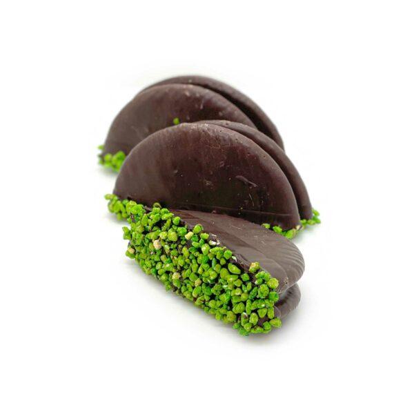 Biskviebotten med päronkräm doppade i choklad och crisp.