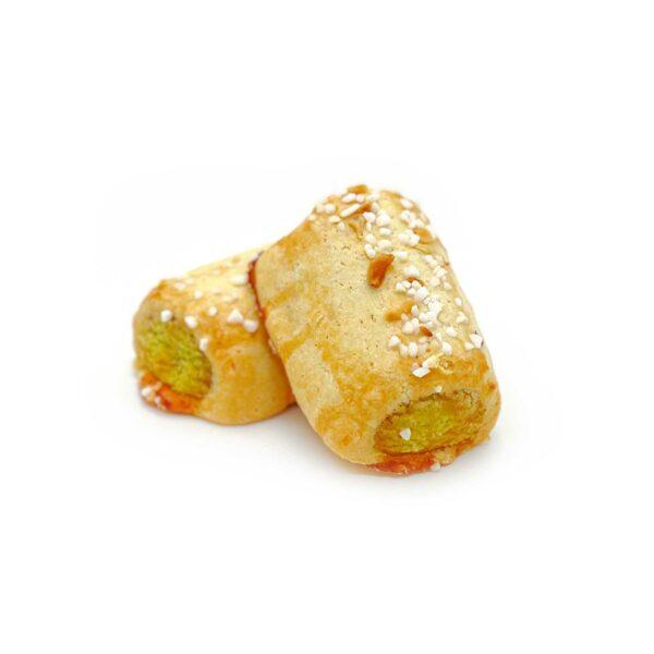 Mördeg med pistagefyllning och rostade hasselnötter.