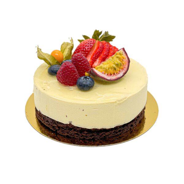 Passionfrukt moussetårta med färska bär och frukter