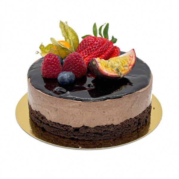 Chokladmoussetårta med färska bär och frukter